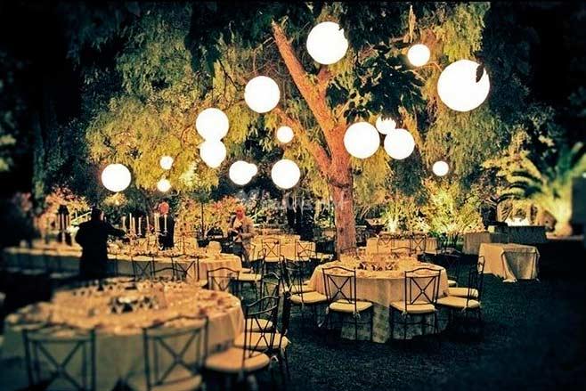 Iluminaci n de eventos en exteriores un arte que marca la for Decoracion fiesta jardin noche