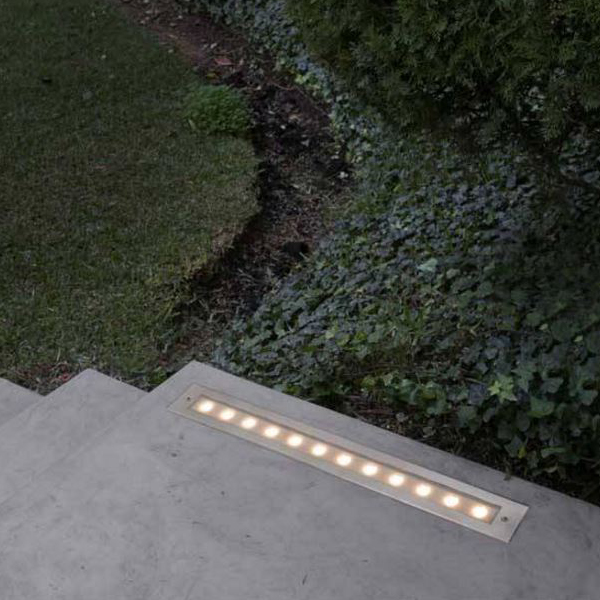 es una forma muy bonita y funcional de iluminar las escaleras del jardn y de que no tropieces con ninguna