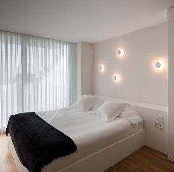 Aplique Vibia Funnel para crear un ambiente acogedor en el dormitorio