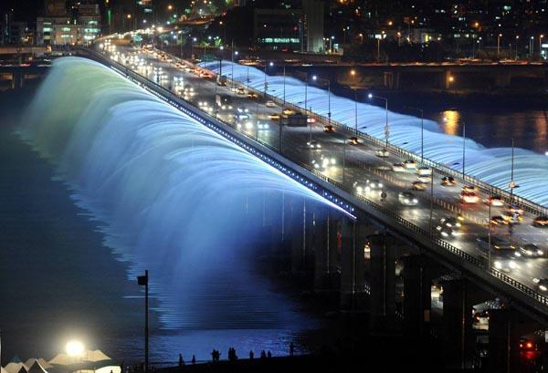 Puente seul iluminado