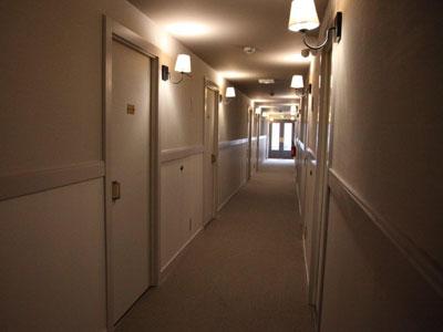 pasillo-hotel-apliques